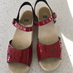 SVEN Clogs red patent size 38